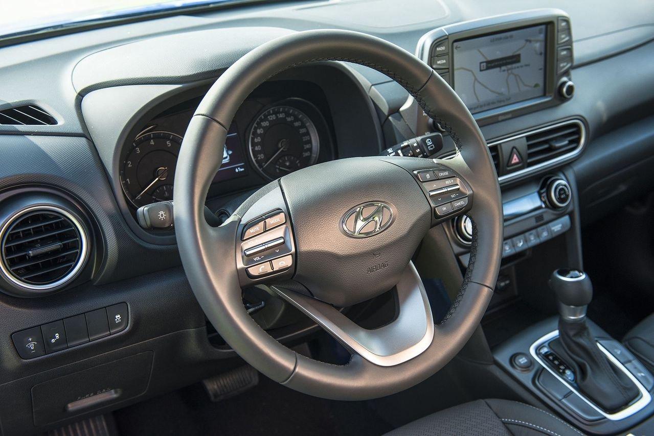 So sánh xe Hyundai Kona 2019 và Toyota Rush 2019 về vô-lăng.