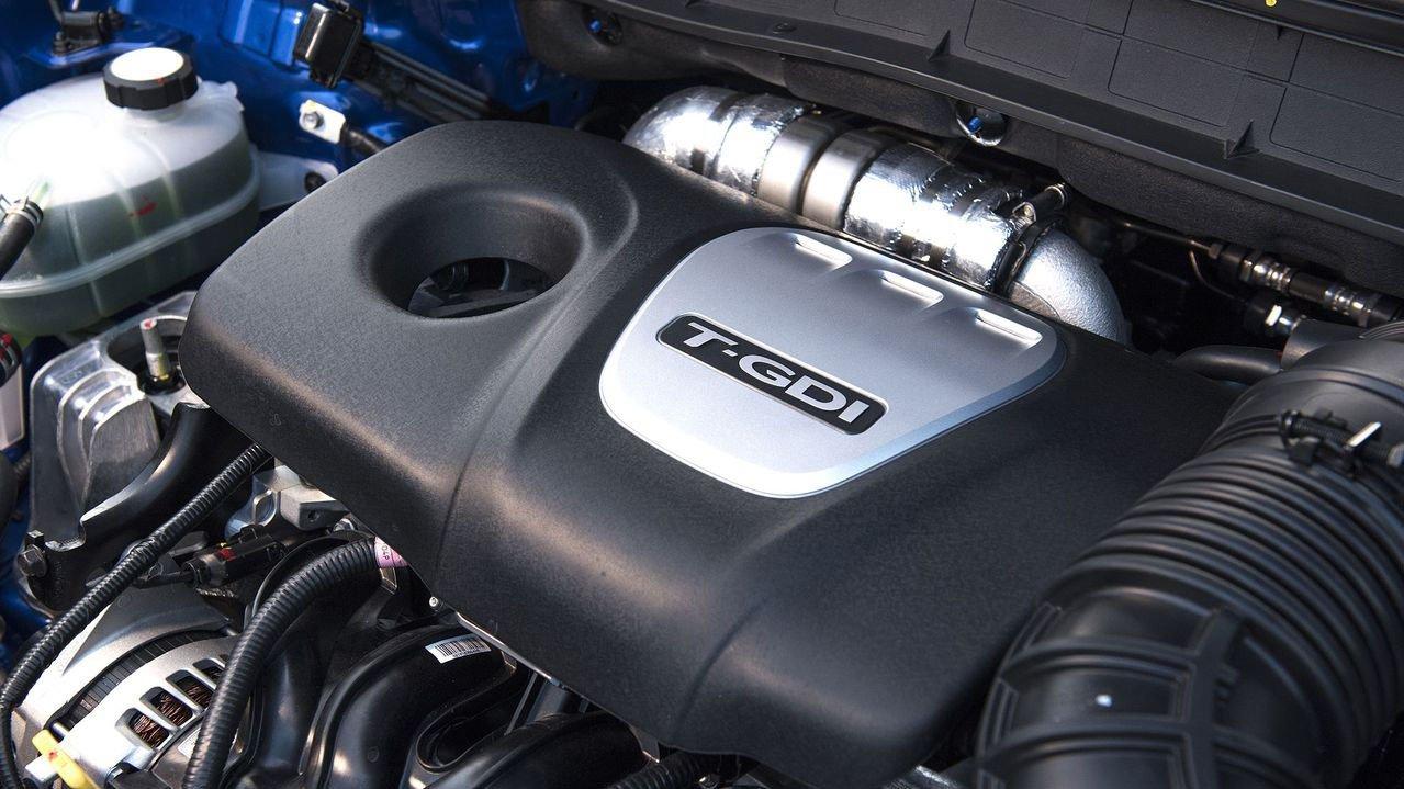 Hyundai Kona có công suất vượt trội và hộp số linh hơn hơn so với Toyota Rush rất nhiều.