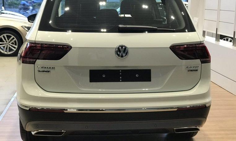 So sánh Volkswagen Tiguan Allspace 2018 và Mercedes GLC250 4Matic 2018 về đuôi xe.