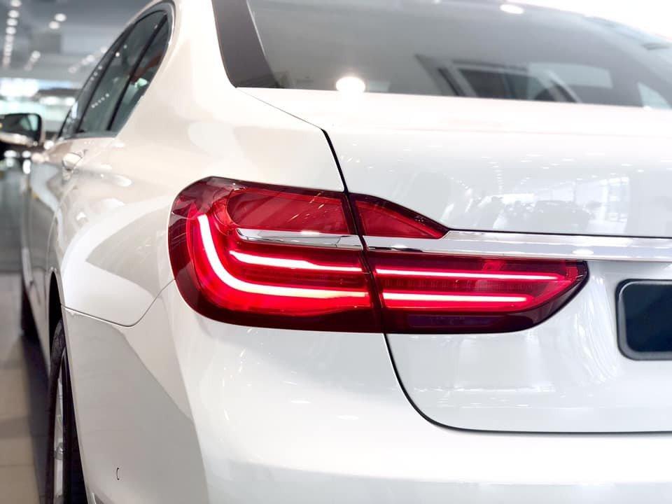 So sánh xe BMW 740Li và Mercedes S450 Luxury về đuôi xe 5