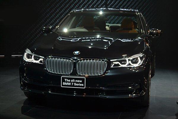 So sánh xe BMW 740Li và Mercedes S450 Luxury về đầu xe.