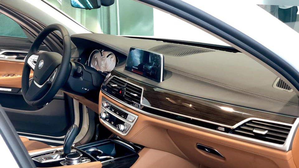 So sánh xe BMW 740Li và Mercedes S450 Luxury về nội thất.