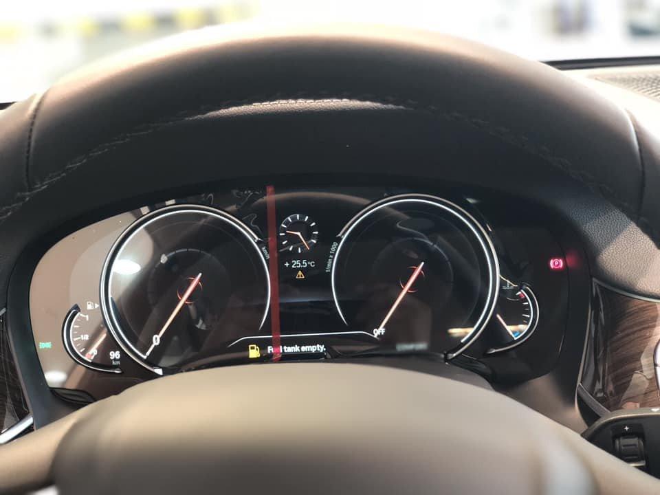 So sánh xe BMW 740Li và Mercedes S450 Luxury về đồng hồ lái.