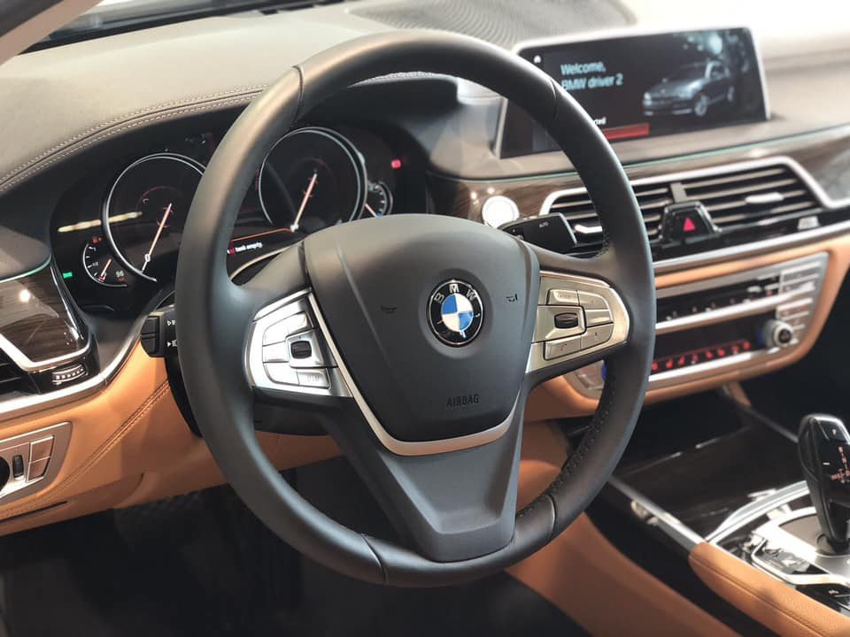 So sánh xe BMW 740Li và Mercedes S450 Luxury về vô-lăng.