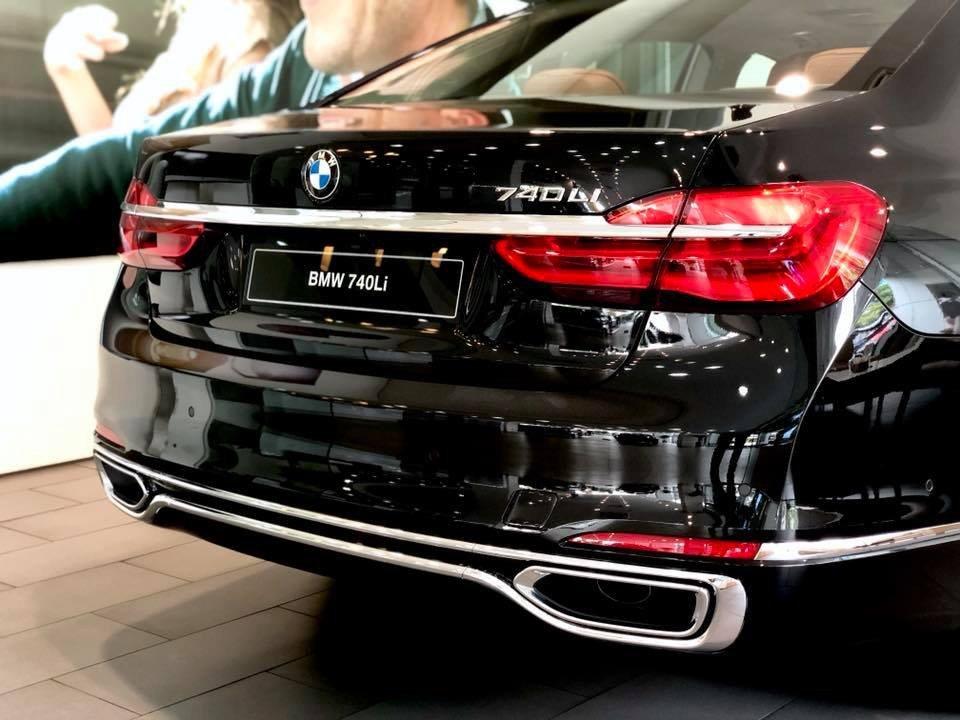 So sánh xe BMW 740Li và Mercedes S450 Luxury về đuôi xe.