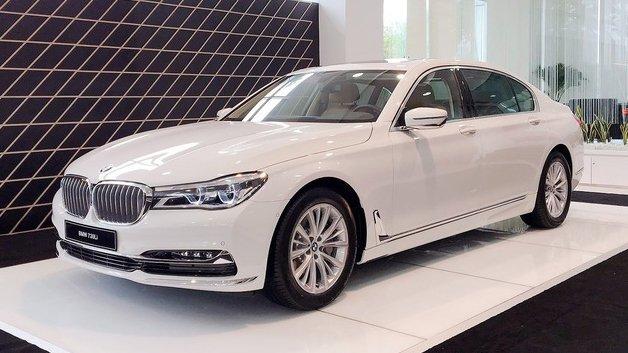 So sánh xe BMW 740Li và Mercedes S450 Luxury.