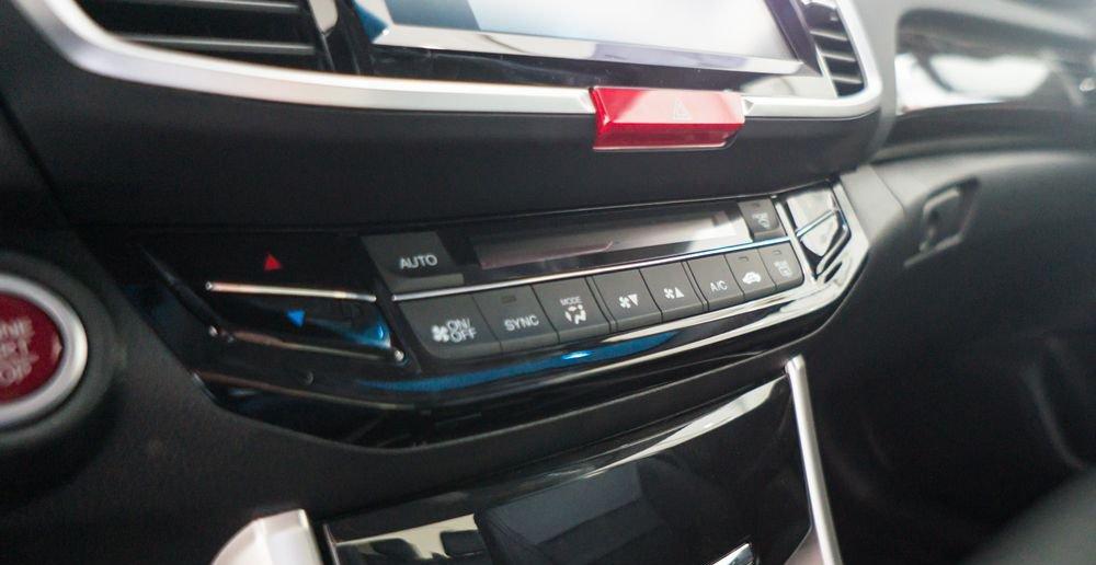 So sánh xe Honda Accord 2019 và Peugeot 508 2019 về trang bị giải trí.