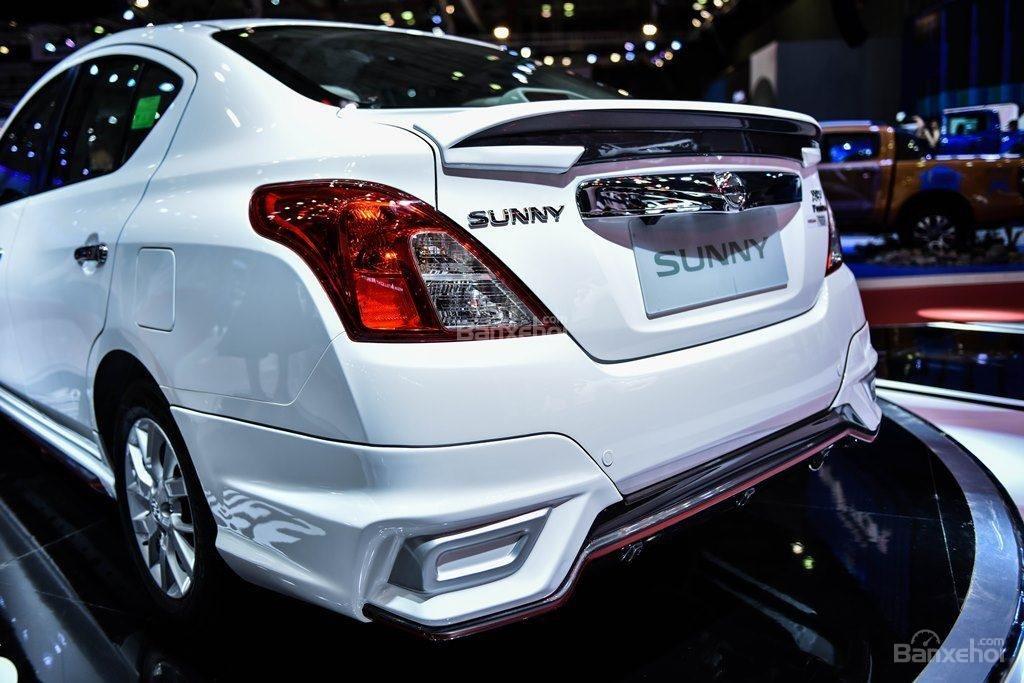 Đánh giá xe Nissan Sunny Q-Series 2019: Đèn hậu.