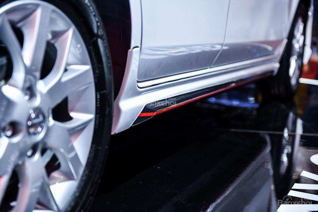 Đánh giá xe Nissan Sunny Q-Series 2019: Viền đỏ ở thân xe.