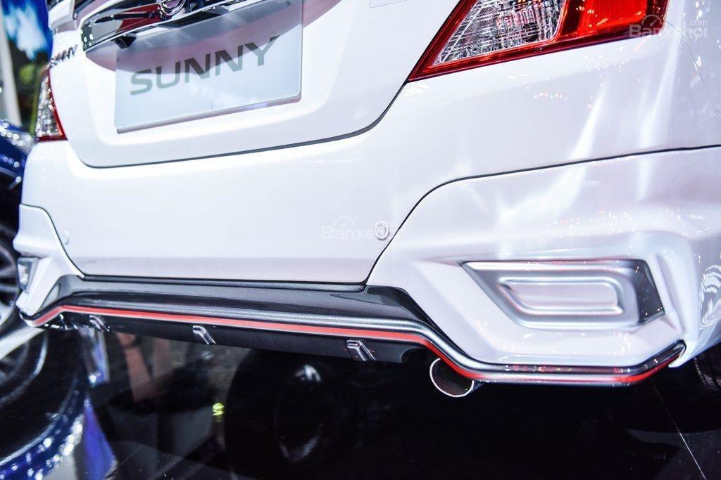 Đánh giá xe Nissan Sunny Q-Series 2019: Viền đỏ phía dưới xe.