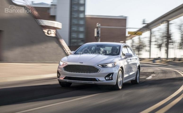 Ford Fusion 2019 đang chạy