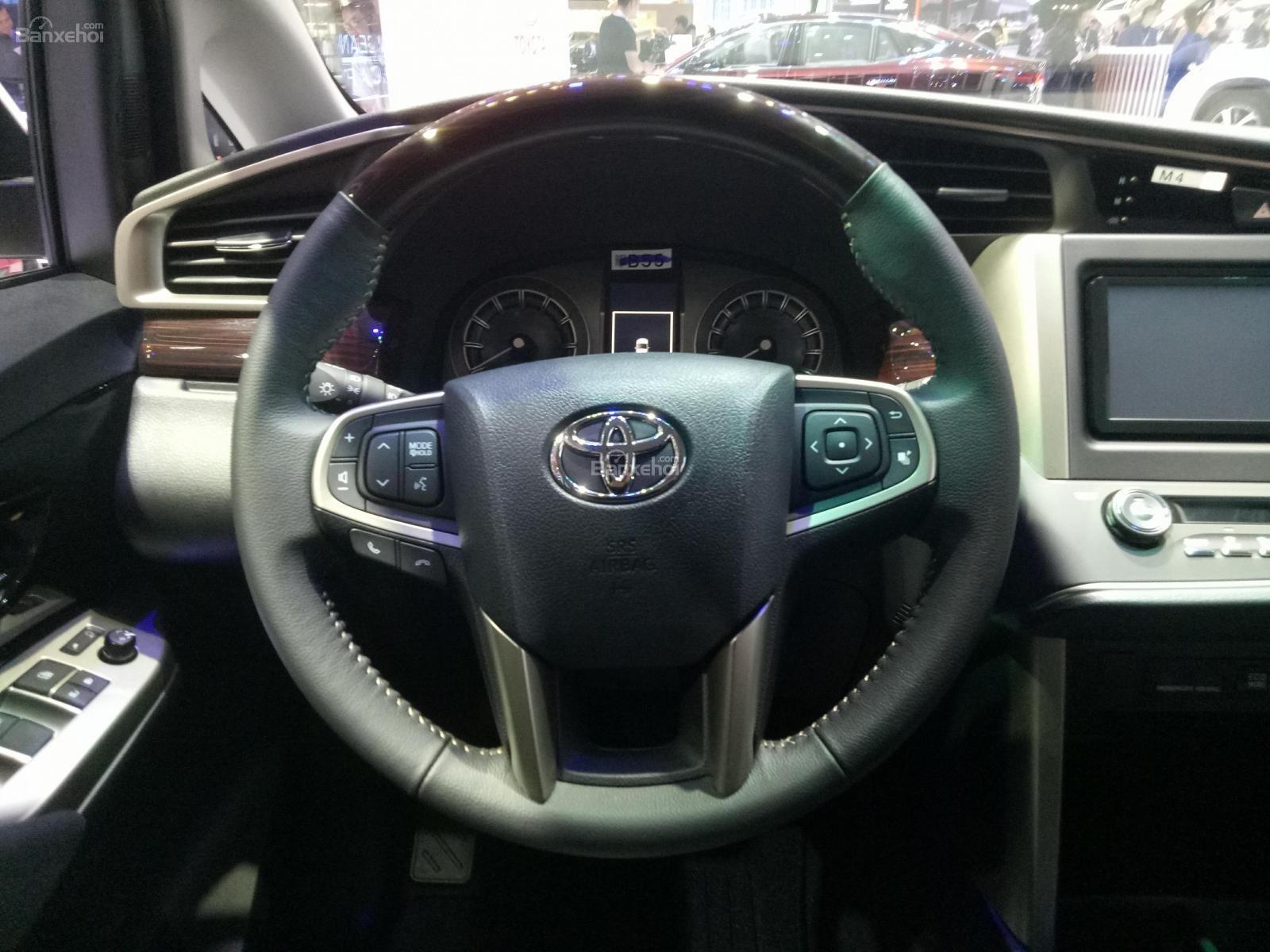 Đánh giá xe Toyota Innova Venturer 2019: Vô-lăng bọc da, 4 chấu, ốp gỗ tạo cảm giác sang trọng 1