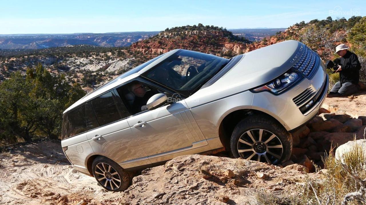 So sánh Lexus LX 570 2018 và Land Rover Range Rover 2018 về khả năng vận hành 8...