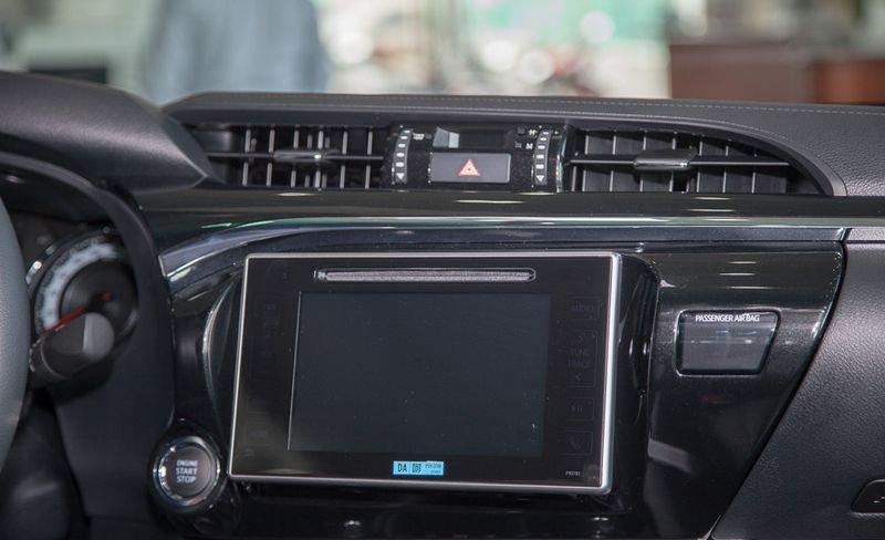So sánh Ford Ranger 2019 và Toyota Hilux 2019 về trang bị giải trí.