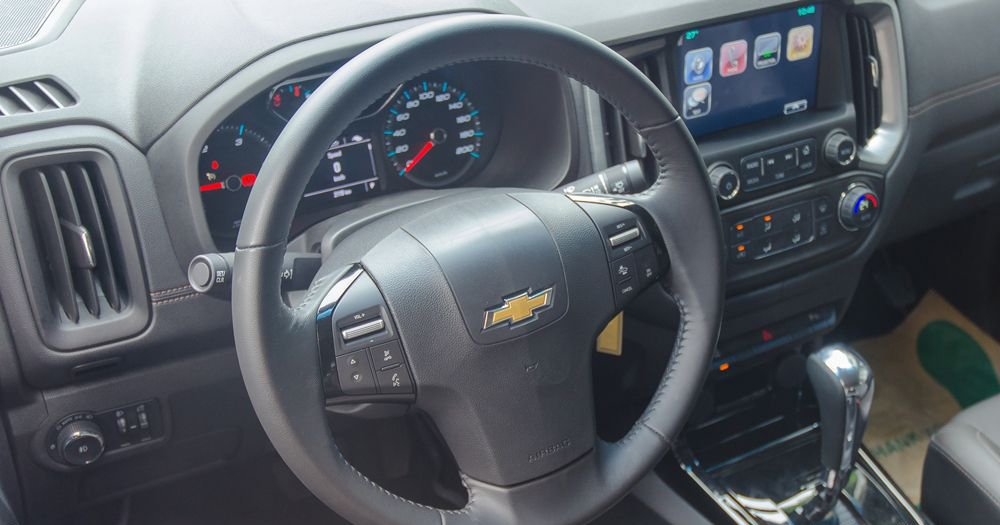 So sánh xe Chevrolet Colorado 2019 và Nissan Navara 2019 về vô-lăng.