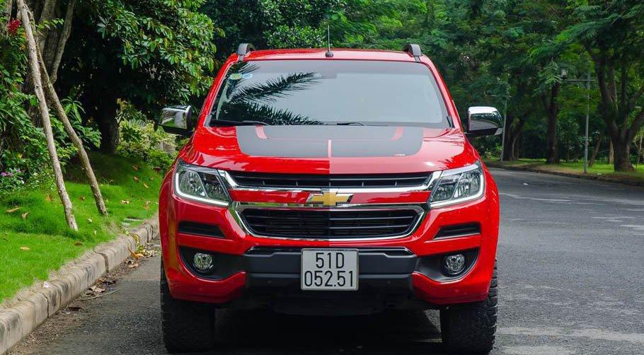 So sánh xe Chevrolet Colorado 2019 và Nissan Navara 2019 về đầu xe.