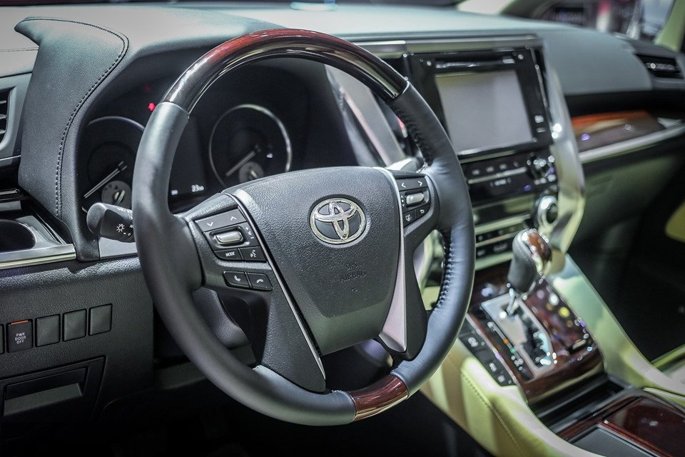 Đánh giá xe Toyota Alphard Luxury 2019: Vô -lăng bọc da, vân gỗ, ốp bạc 4 chấu 1
