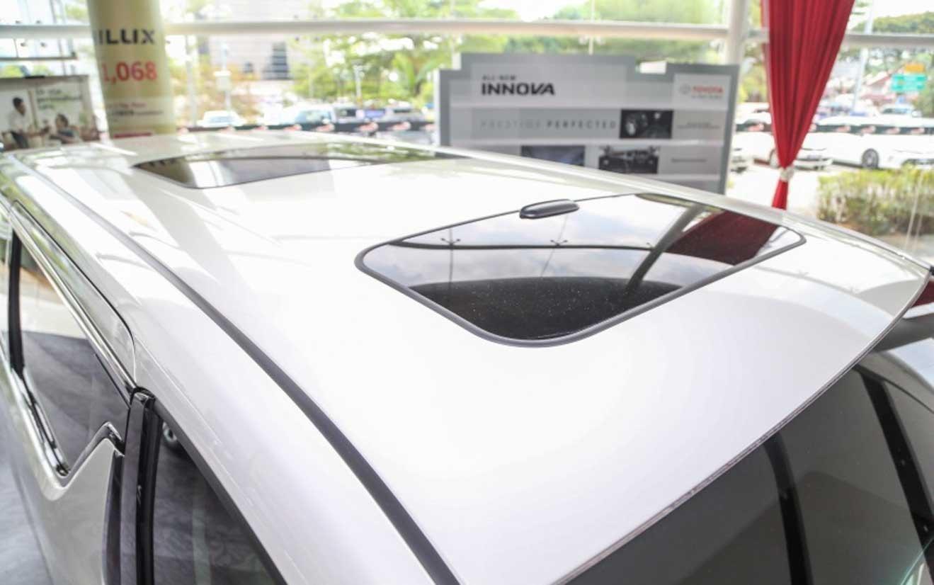 Đánh giá xe Toyota Alphard Luxury 2019: Trần xe có cửa sổ trời 1