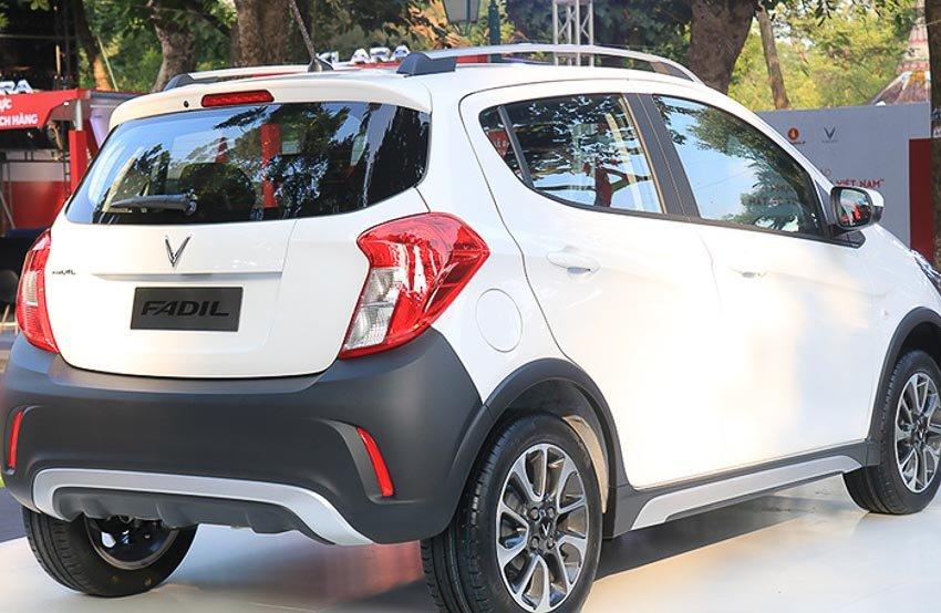 Đánh giá xe VinFast Fadil 2019-2020: Đuôi xe nhìn nghiêng.