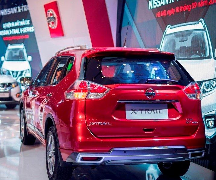 Honda CR-V 1.5 L và Nissan X-Trail V-Series 2.5 SV Luxury về đuôi xe 2
