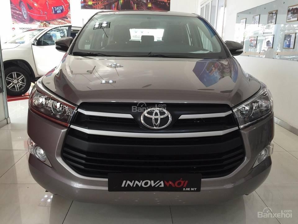 """Toyota Tân Cảng- Innova số sàn """"Duy nhất trong tuần giảm giá lên đến 30tr, tặng thêm phụ kiện"""" xe giao ngay- 0933000600-4"""