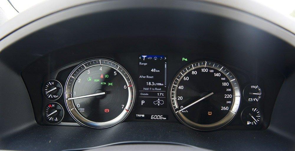 Đánh giá xe Lexus LX 570 2019 về thiết kế đồng hồ lái a1