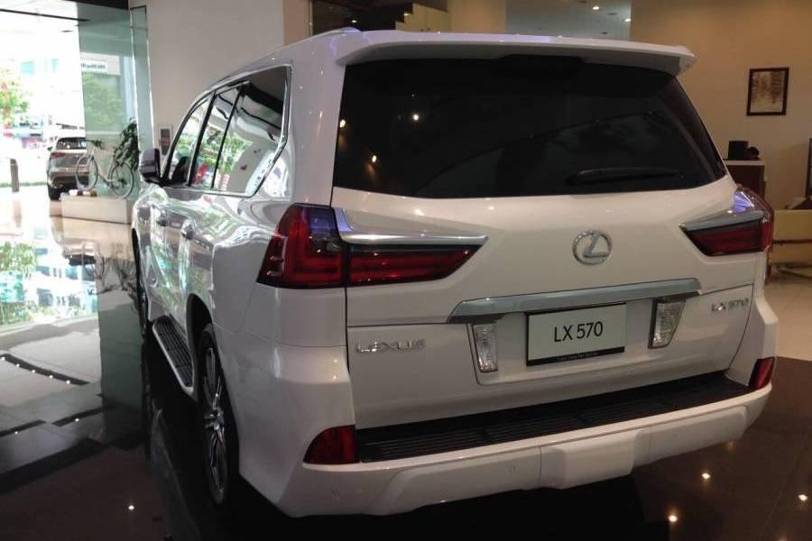 Đánh giá xe Lexus LX 570 2019 về thiết kế đuôi xe a1