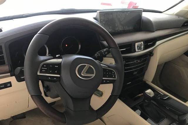Đánh giá xe Lexus LX 570 2019: Vô-lăng 3 chấu, được hoàn thiện bởi chất liệu gỗ quý, da bọc cao cấp a1