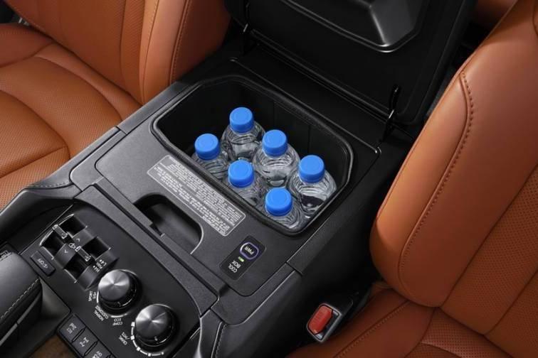 Đánh giá xe Lexus LX 570 2019: Ngăn làm mát đựng đồ uống/thức ăn 1