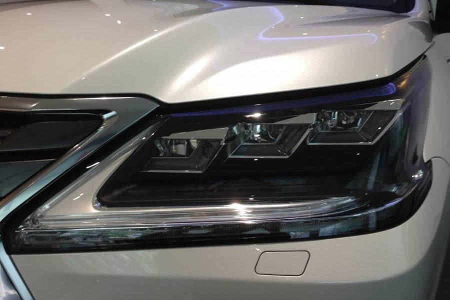 Đánh giá xe Lexus LX 570 2019: Cụm đèn pha 1