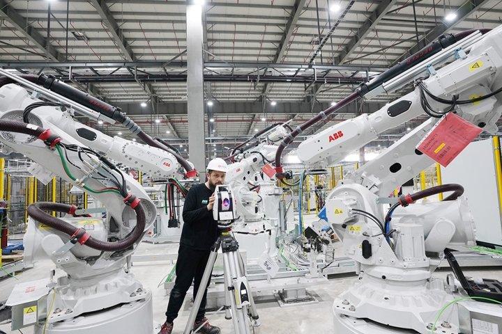 Khám phá dây chuyên sản xuất với 1.200 robot tự động của VinFast a2