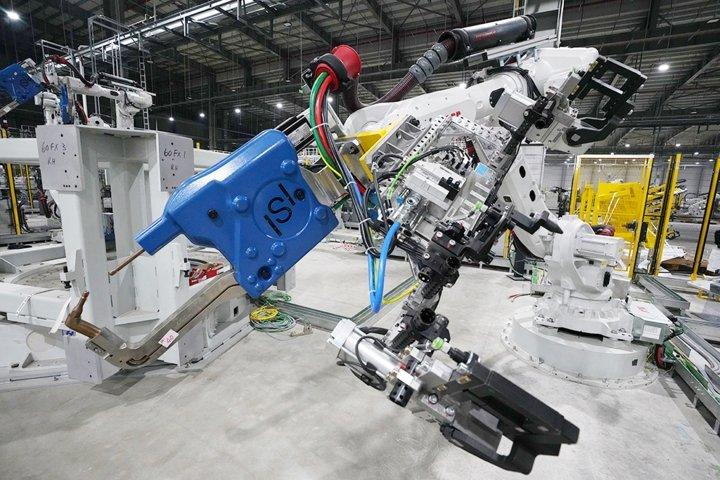 Khám phá dây chuyên sản xuất với 1.200 robot tự động của VinFast a6