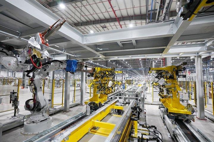 Khám phá dây chuyên sản xuất với 1.200 robot tự động của VinFast a8