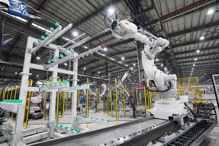 Khám phá dây chuyên sản xuất với 1.200 robot tự động của VinFast a11