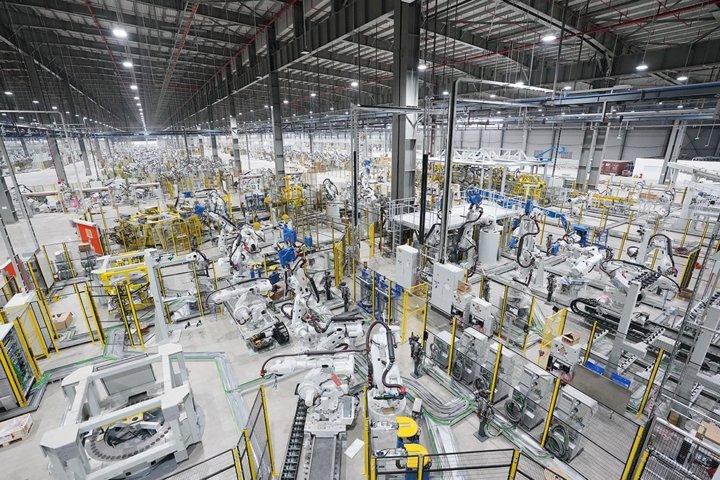 Khám phá dây chuyên sản xuất với 1.200 robot tự động của VinFast a9