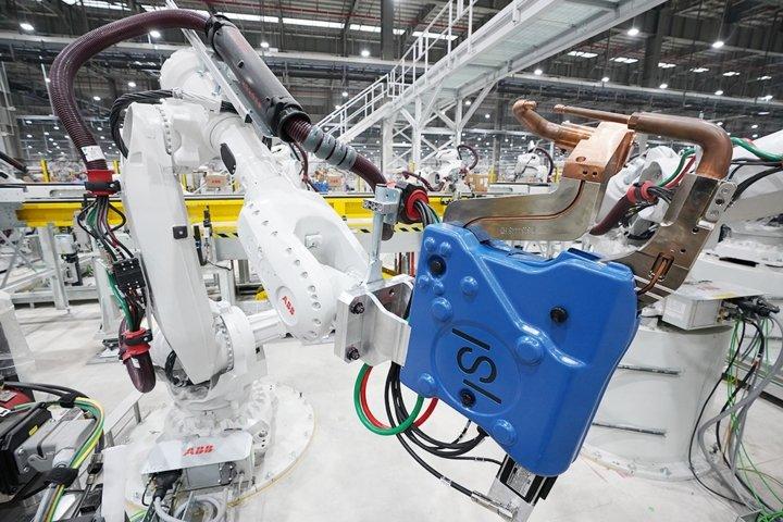 Khám phá dây chuyên sản xuất với 1.200 robot tự động của VinFast a3