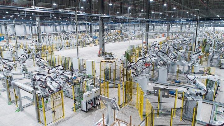 Khám phá dây chuyên sản xuất với 1.200 robot tự động của VinFast a1