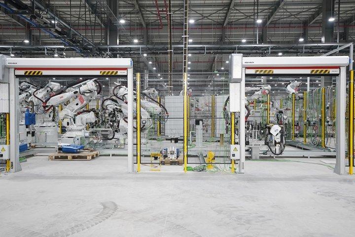 Khám phá dây chuyên sản xuất với 1.200 robot tự động của VinFast a10