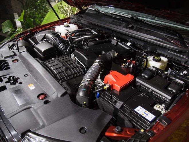 VinFast LUX SA2.0 cao cấp và Ford Everest Titanium về động cơ 2