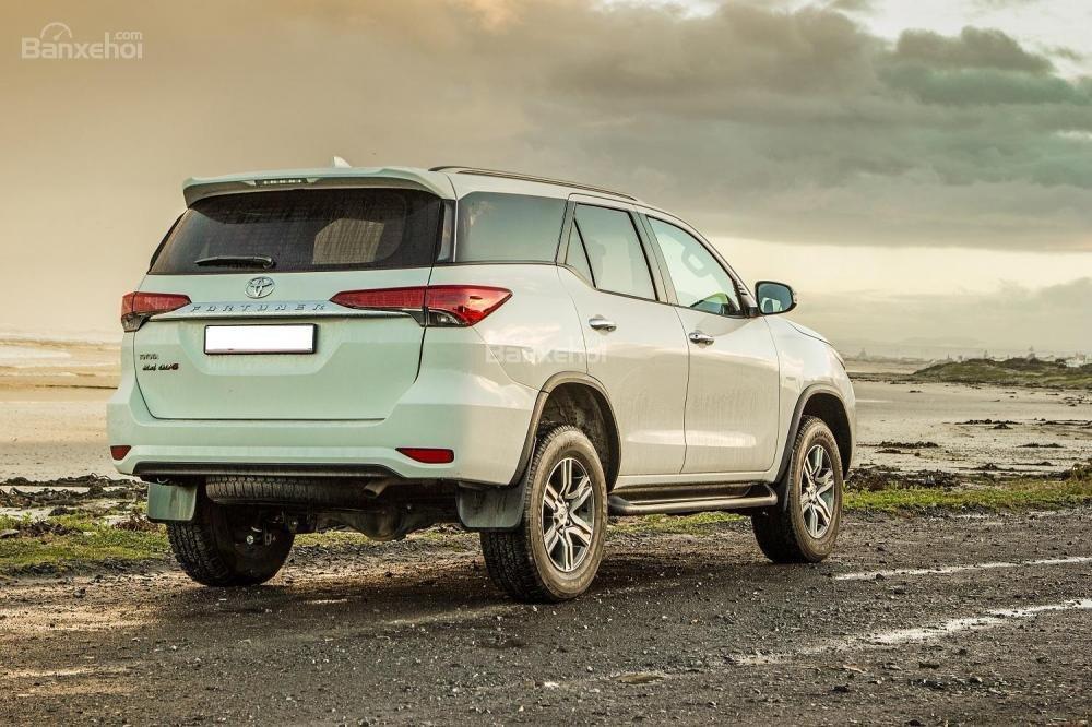 So sánh xe Toyota Fortuner 2019 và VinFast LUX SA2.0 2019 về thân và đuôi xe 9