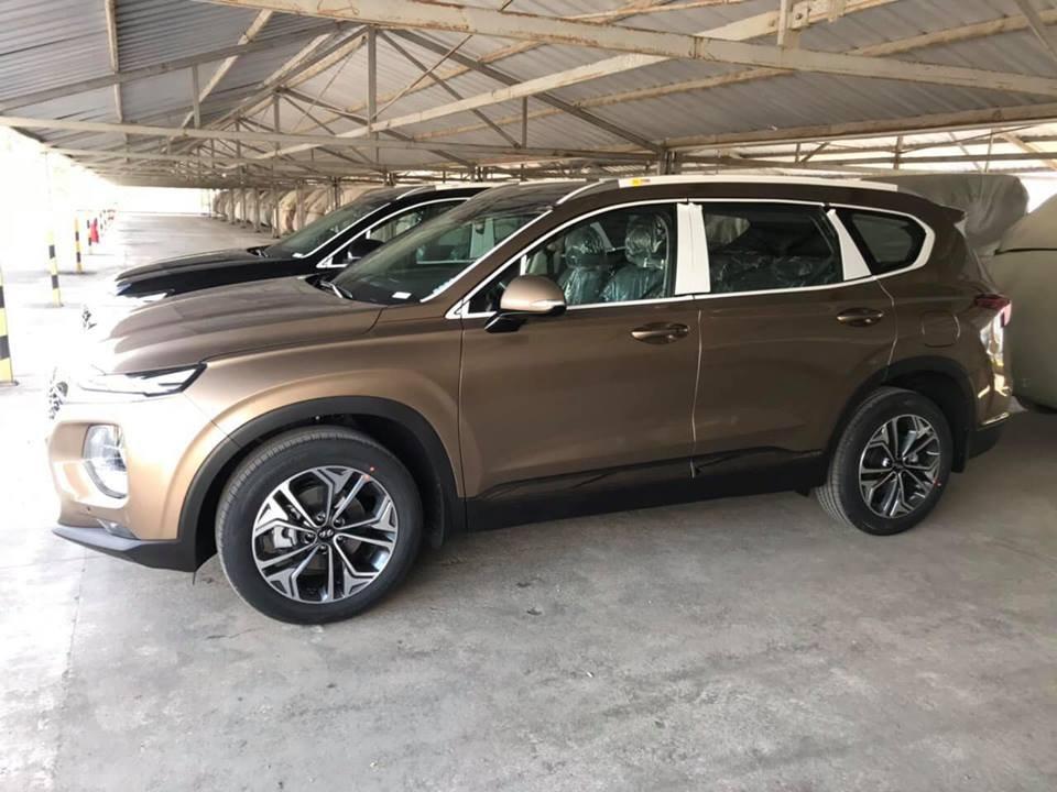 Lô xe Hyundai Santa Fe 2019 mới về đầy bãi, chuẩn bị giao đến tay khách hàng - Ảnh 6.