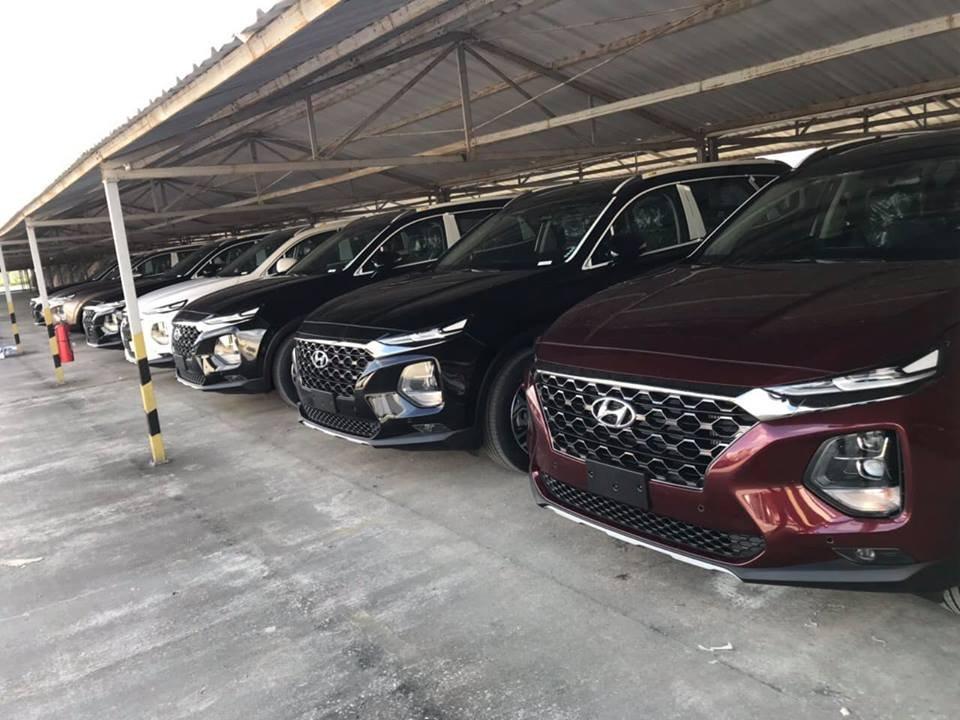 Lô xe Hyundai Santa Fe 2019 mới về đầy bãi, chuẩn bị giao đến tay khách hàng - Ảnh 1.