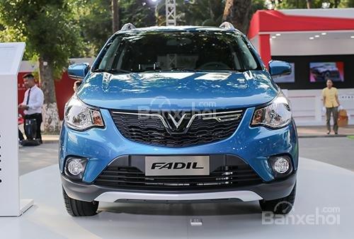 VinFast Fadil cao cấp và Hyundai Grand i10 1.2 AT về đầu xe 1