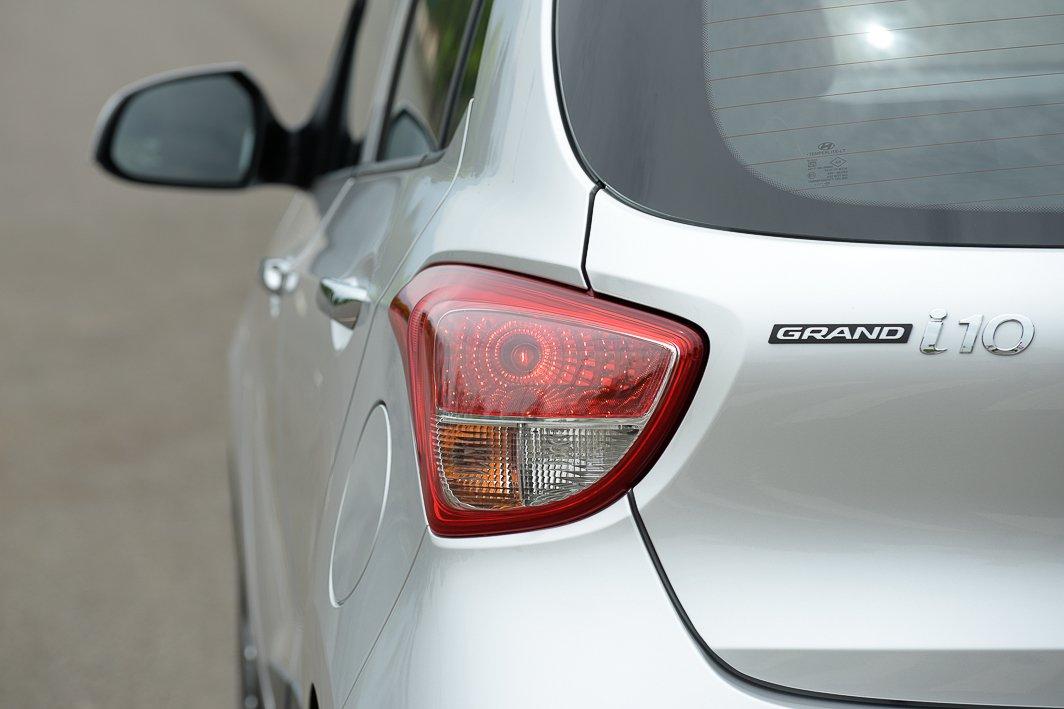 VinFast Fadil cao cấp và Hyundai Grand i10 1.2 AT về đuôi xe 4