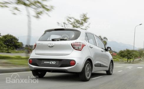 VinFast Fadil cao cấp và Hyundai Grand i10 1.2 AT về đuôi xe 2