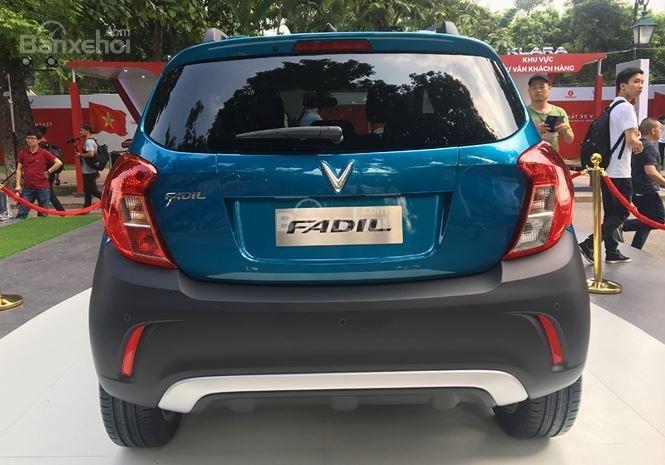 VinFast Fadil cao cấp và Hyundai Grand i10 1.2 AT về đuôi xe 1