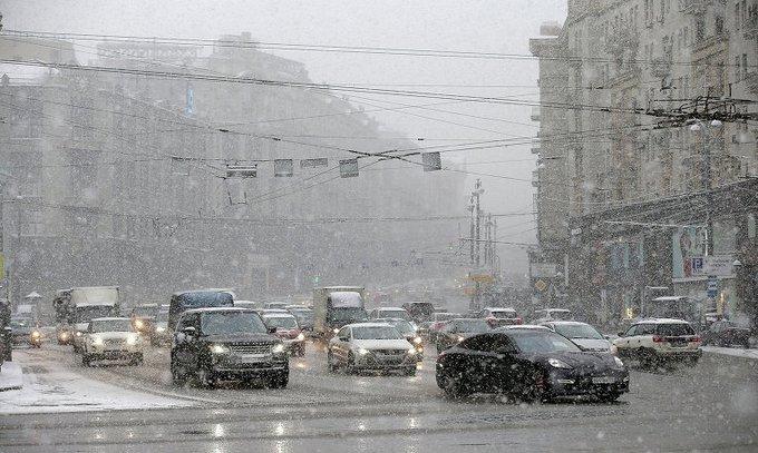 Hình ảnh ô tô chìm trong tuyết trắng ở Moscow a1
