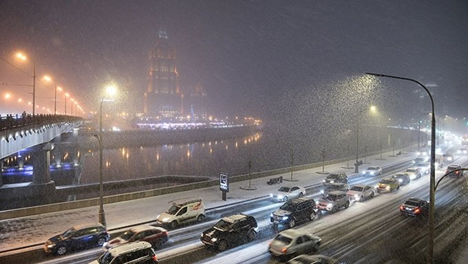 Hình ảnh ô tô chìm trong tuyết trắng ở Moscow a2
