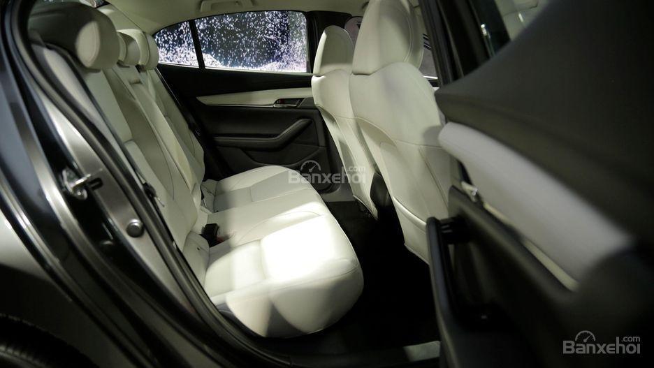 Đánh giá xe Mazda 3 2019: Hàng ghế sau.