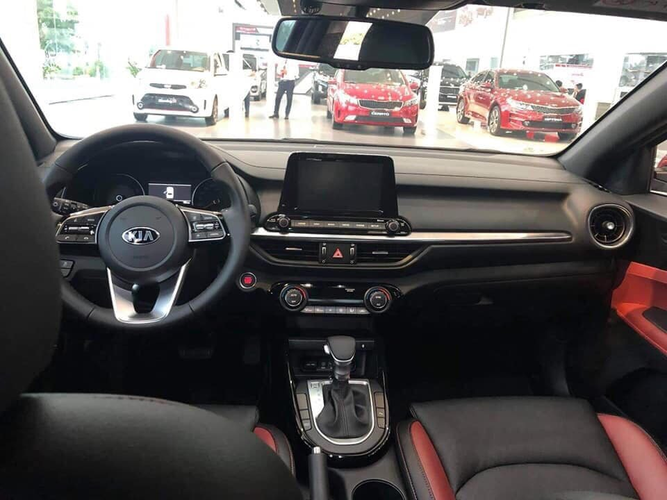 Ảnh chụp táp-lô xe Kia Cerato Premium 2.0L 2019